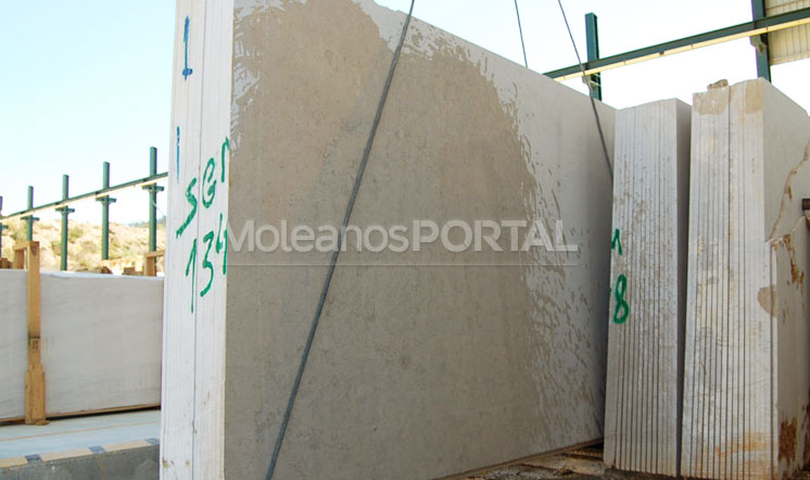 Moleanos Mixed limestone slabs